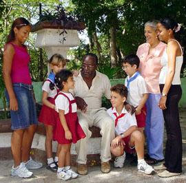 20061206045751-raul-nunez-iglesias-director-de-la-escuela-primaria-martires-del-segundo-frente-oriental-frank-pais.-foto-juvenal-balan-.jpg